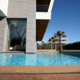 Επένδυση δαπέδου χώρου πισίνας με ξυλεία deck